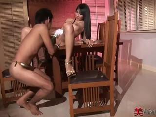 Asiatique salope avec grand seins sucks et fucks