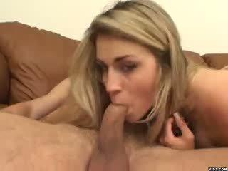 Sexy blondie ciera sage strokes su enorme pene