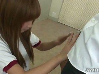 เอเชีย วัยรุ่น does ใช้มือ n ใช้ปากกับอวัยวะเพศ