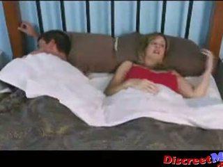 Garçon et mère en la hôtel salle