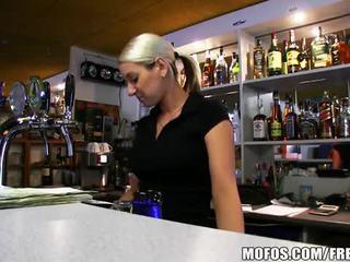 Super príťažlivé bar wench lenka je fucked ťažký pre hotovosť