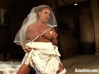 Aziani σίδερο ώριμος/η female bodybuilder rides sybian σε γάμος φόρεμα