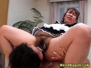 Азиатки бабичка gets тя космати путка licked