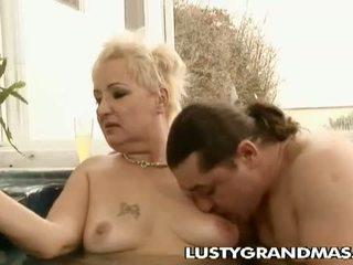 Lusty grandmas: 角质 矮胖 奶奶 leila 钻 在 按摩浴缸