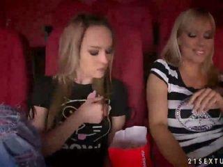 Sandy et blue ange having sexe en cinéma