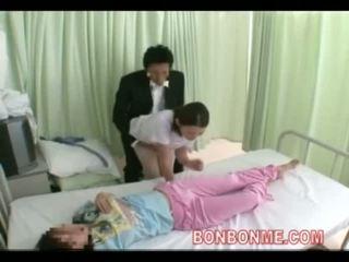 Enfermeira punhetas em frente de esposa 03