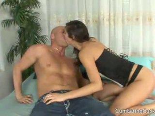 Annas 夫 licks 彼女の lovers 精液 オフ 彼女の 顔