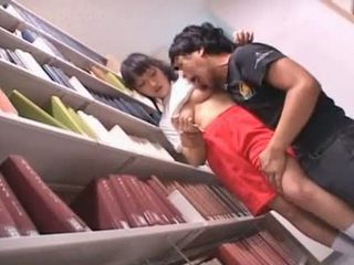 Noskūtas vāvere aziāti skolniece teased uz the bibliotēka
