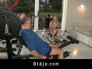 Oldje: tua dude gets beruntung dengan sebuah seksi rambut pirang babe.
