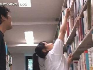 Dễ thương á châu thiếu niên cô gái teased trong các trường học