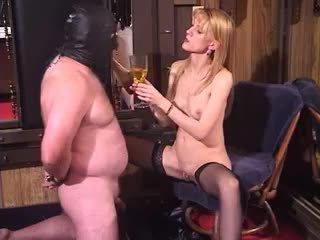 Styggt blondin momen jag skulle vilja knulla dominatrixaktig bisarrt femdom piss dricka