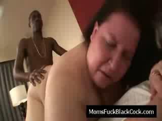 褐发女郎 老 懒妇 blows 黑色 迪克 和 是 性交 狗交媾般