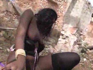 Puikus juodas mažutė loves getting pounded outdoors video