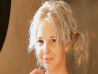 Skūšana no skaistas 21yo blondīne vāvere