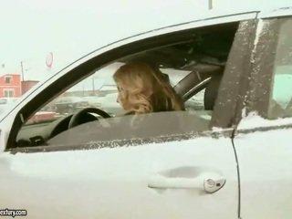 Ładniutka nastolatka blondynka fucks stary policeman