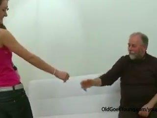 Esbelta adolescente chica follada por viejo hombre pajeando apagado su boyfriend y having corrida encima su tetitas