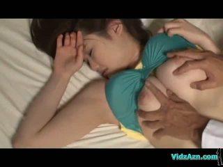 Bystiga flicka sova bröstvårtor sucked fittor licked och körd på den mattress i den rum