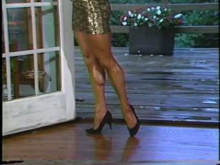 Joanne mccartney shows daripada beliau menakjubkan kaki dalam pendek skirt