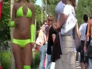 Itu seksi bikini boneka adalah performing sebuah sangat indah lucu dance untuk itu kesenangan dari itu masyarakat