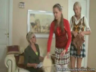 Mrs. hudson pets springy chest na násťročné coeds natasha a karina.