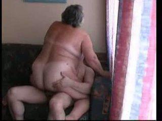 Stará mama jazdenie ťažký na gauč video