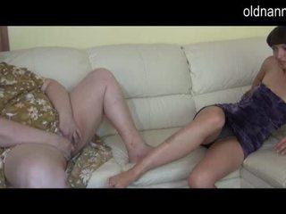 Bbw mummi ja nuori tyttö masturboimassa yhdessä video-