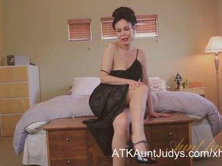 Seksi cougar nancy vee masturbates.