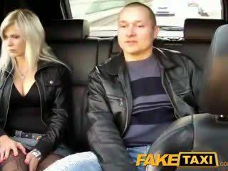 Faketaxi 丈夫 watches 妻子 getting 性交