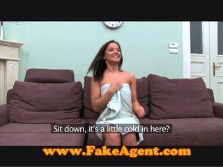 Tchèque brunette comes à la fake agent pour travail