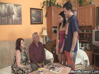 הוא leaves ו - parents לקבל laid שלו gf