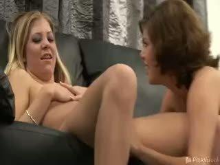 Marlena và leah were getting quen biết hơn một số donuts,