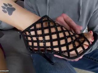 Гаряча дівчина giving мастурбація ногами і скаче пеніс