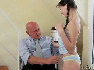 아름다운 비탄 fucks 대단히 늙은 할아버지