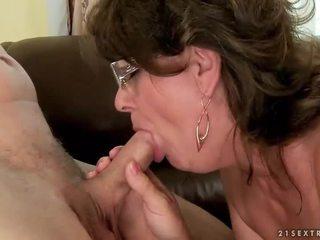 Grand-mère suçage et chevauchée jeune bite