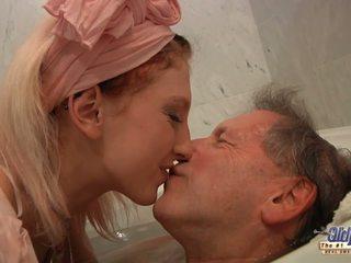 Adolescenta blonda housekeeper fucks cu elder om după imbaiere.