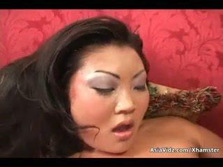 Nešvankus azijietiškas kalė žįsti ir važiuoti anally a storas juodas bybis