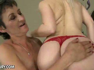 Viejo y joven lesbianas amor: abuelita nesty gets licked por joven lesbo