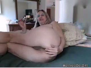 Seksi buah dada besar dewasa babe inserts anal plug dan rubs alat kemaluan wanita