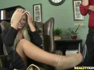 Brooke adalah being blackmailed ke having seks