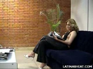 Латински мадама adriana представяне край тя мляко cans