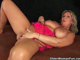 Podsaditý zralý maminka s velký kozičky masturbates