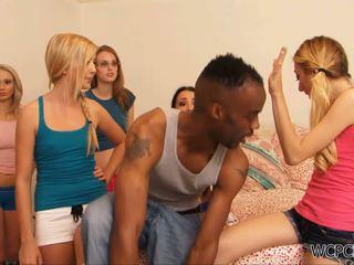 Grupa z napalone blondynka fucked przez część czarne ogier