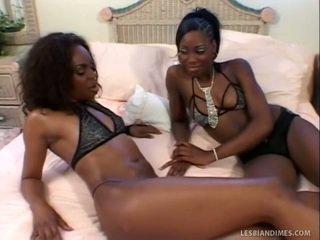 Bagus hitam wanita-wanita jilat trimmed fuzzy wuzzy