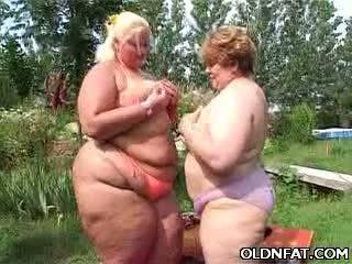 Дебели възрастни лесбийки having секс outdoors