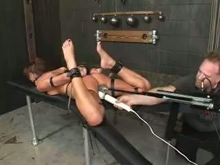 Holly wellin gemaakt een slaaf door een machine