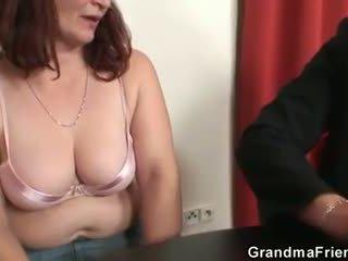 Тя loses в покер и takes two dicks при веднъж