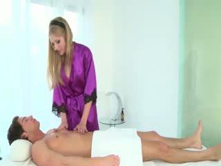 뜨거운 masseuse sucks clients 수탉