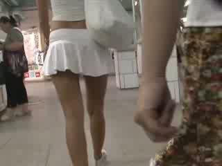 สีบลอนด์ ใน เซ็กซี่ outfit waving รองเท้าบู้ทส์ มองใต้กระโปรง