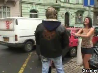 Nagyi prostituált pleases neki