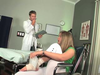 Disabled 아기 시작 에 느낌 toe 빨기